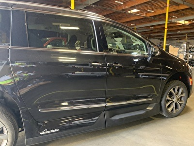 Chrysler Pacifica Limited wheelchair van
